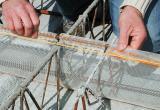 Bei höher liegender oberen Armierungslage kann das Roll-Net eingeschnitten, hochgezogen und mit dem Einschieben des Eisens fixiert werden.