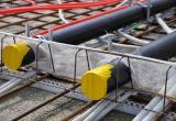 Zum Durchführen von diversen Installationen (z.B. Rohre), einfach Kreuz einschneiden, Installation hindurchführen und Netzlappen an der Installation mit Betonklebeband ankleben.