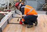 Zum Fixieren des 2.8 m langen Bordfix Elements werden die Abschalwinkel ausgeklappt und mit Aluminium-Nägeln befestigt